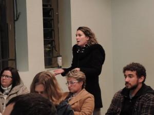 Daniela expondo sobre resíduos da Construção Civil e formas alternativas de solução