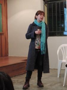 Gabi, falando sobre a Moda Ética, e a importância de valorizar o produto e a cadeira produtiva e seres por trás da roupa
